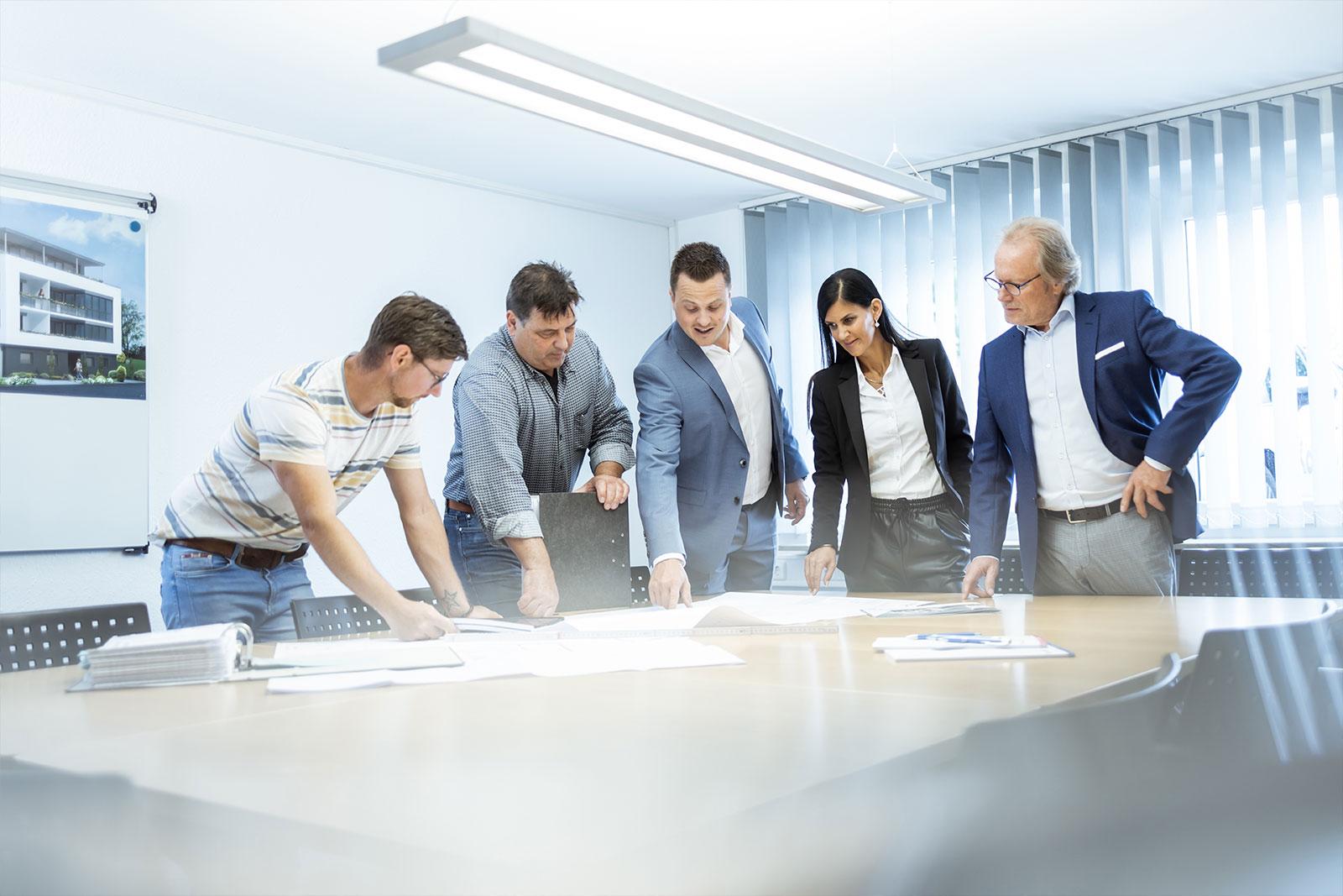 Freundlicher Mitarbeiter im Bereich Blech stanzen - King GmbH Blechverarbeitung in Fluorn-Winzeln